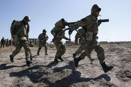 Newly mobilized Ukrainian paratroopers carry an anti-tank grenade launcher during a military drill near Zhytomyr April 9, 2015. REUTERS/Valentyn Ogirenko