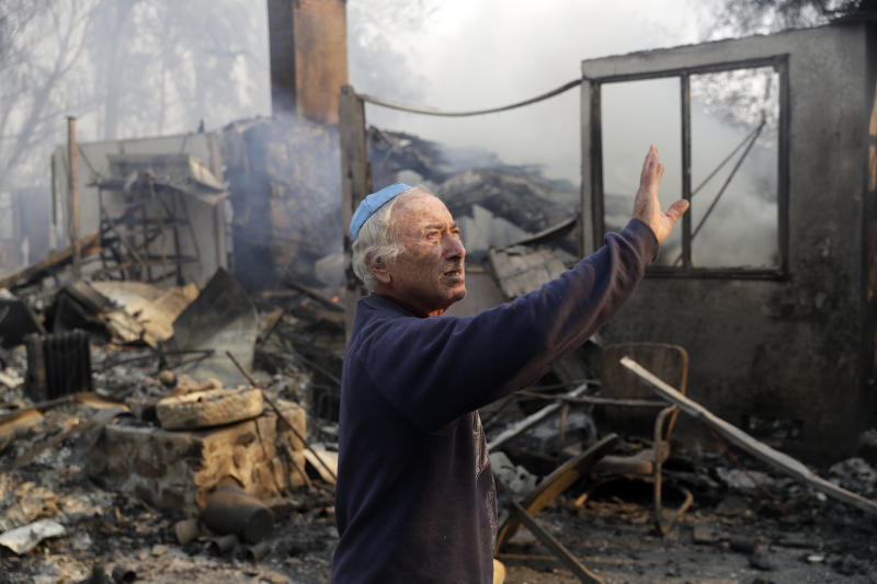 John Honigsfeld surveys the damage to a neighbor's property after a wildfire swept through Saturday, Nov. 10, 2018, in Malibu, Calif. (ASSOCIATED PRESS)