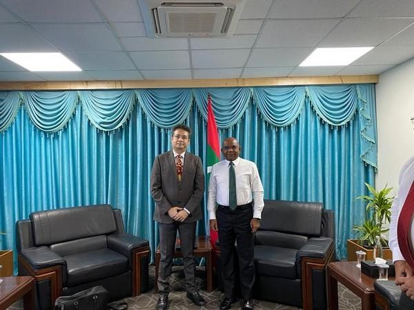 L to R: Bobby Mohanty, Honorary Consul of the Republic of Maldives in Mumbai, with Abdulla Shahid, Hon. Minister of Foreign Affairs of the Maldives