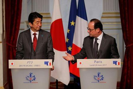 French President Francois Hollande and Japan's Prime Minister Shinzo Abe attend a joint declaration at the Elysee Palace in Paris