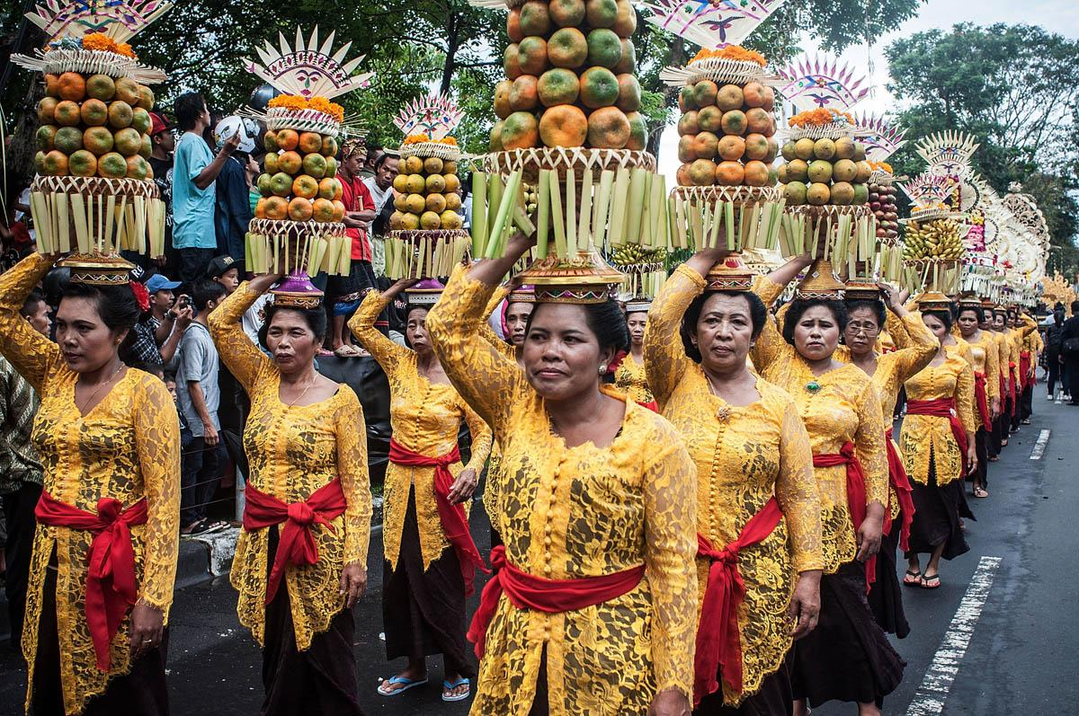 DENPASWomen wearing costumes carry fruit offerings on their heads during a parade for the opening of the Bali International Arts Festival on June 15, 2013 in Denpasar, Bali, Indonesia. The annual month-long festival runs from June 15 to July 13, 2013 and features 340 local and international art communities with thousands of performers.  (Photo by Putu Sayoga/Getty Images)