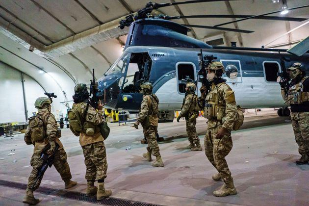 <strong>Taliban fighters from the Fateh Zwak unit wielding American supplied weapons, equipment and uniforms, storm into Kabul airport to secure the airport and inspect the equipment that was left behind.</strong> (Photo: Marcus Yam via Getty Images)