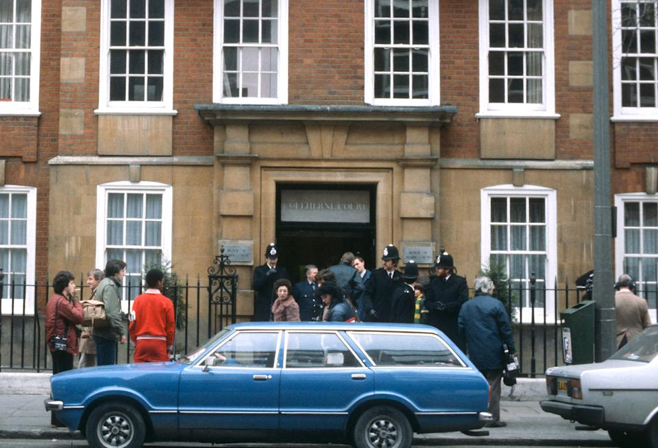 LONDON, ENGLAND - NOVEMBER: Police officers and members of the media stand outside the flat of Lady Diana Spencer in Coleherne Court, Earls Court in November 1980 in London, United Kingdom. (Photo by Anwar Hussein/Getty Images)