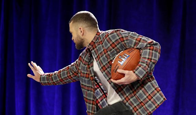Super Bowl half time entertainer Justin Timberlake strikes a Heisman Trophy pose after giving a press conference about his upcoming performance in Minneapolis, Minnesota, U.S. February 1, 2018 REUTERS/Kevin Lamarque