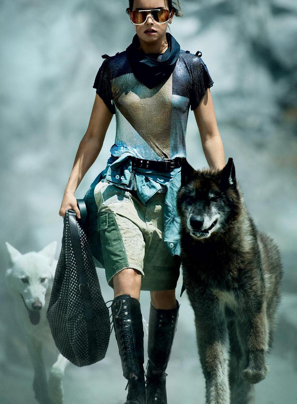 Badass Ridley with wolves. (Photo: Mario Testino for Vogue Magazine)