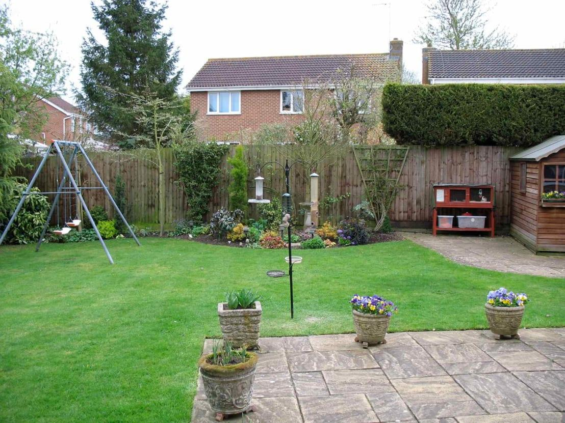 <p>Before the project got underway, this was the backyard space, complete with overgrown tree, redundant swing and various curved beds.</p><p>Lots of potential and space, fortunately!</p>  Credits: homify / Jane Harries Garden Designs
