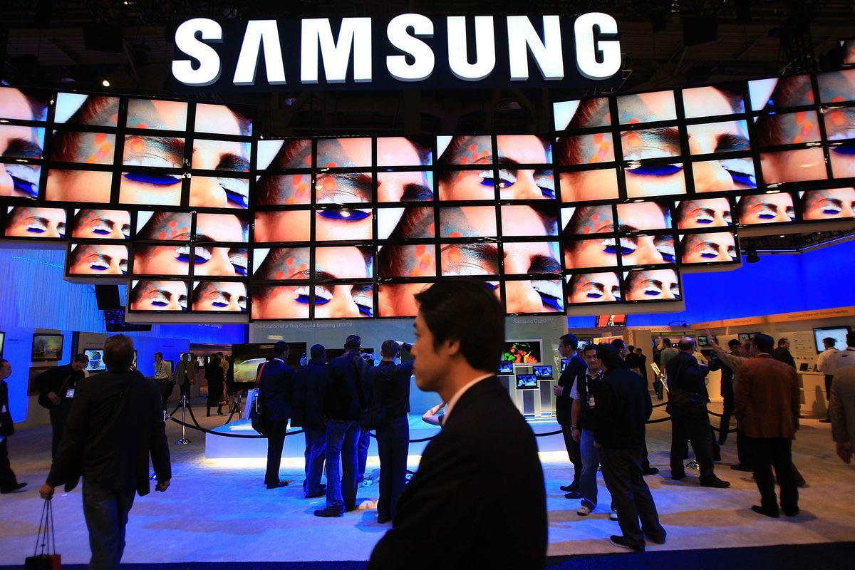 LAS VEGAS - JANUARY 10: Show attendees watch a flat-screen television display at the Samsung booth at the Las Vegas Convention Center during the 2009 International Consumer Electronics Show January 10, 2009 in Las Vegas, Nevada. CES, the world's largest annual consumer technology trade show, runs from January 8-11 and is expected to feature 2,700 exhibitors showing off their latest products and services to more than 130,000 attendees. (Photo by David McNew/Getty Images)