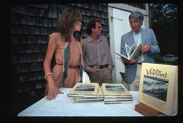 Peter Simon (center) with his sister Carly and author John Updike chatting during a book signing for Peter Simon's book <em>On the Vineyard</em>. (Photo: Lynn Goldsmith/Corbis/VCG via Getty Images)