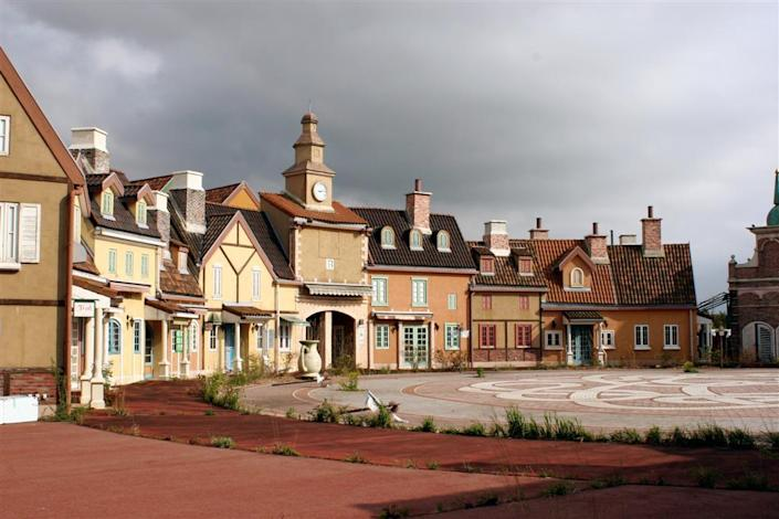 The park's town square stands empty. Gulliver's Kingdom has been closed since 2001, but remains a popular spot with urban explorers. (Photo: Martin Lyle)