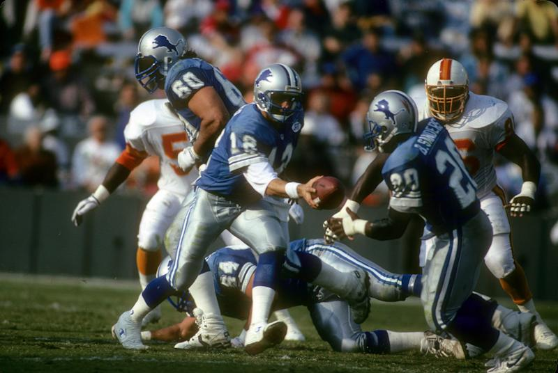 TAMPA BAY, FL - NOVEMBER 10, 1991: Barry Sanders #20 of the Detroit Lions looks to take the hand off from quarterback Erik Kramer #12 against the Tampa Bay Buccaneers November 10, 1991 during an NFL football game at Tampa Stadium in Tampa Bay, Florida. The Buccaneers won 30 - 21. Sanders played for the Lions from 1989-98.(Photo by Focus on Sport/Getty Images)