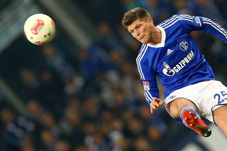 Schalke's Dutch striker Klaas-Jan Huntelaar plays the ball during a football match in Gelsenkirchen on December 15, 2012
