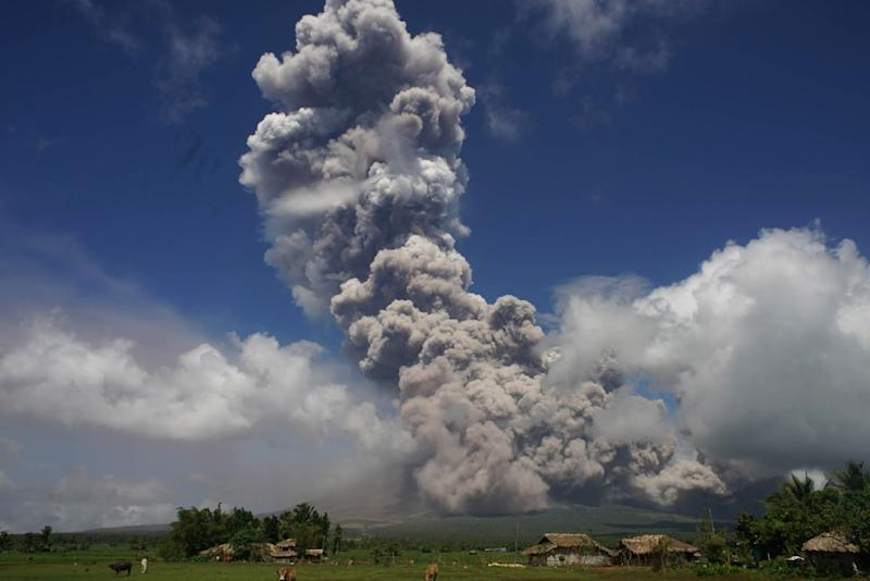 A giant mushroom-shaped cloud rises into the air from Mayon volcano, where Philippine volcanologists have raised the alert level one notch higher than the initial warning scientists issued last week (AFP Photo/-)