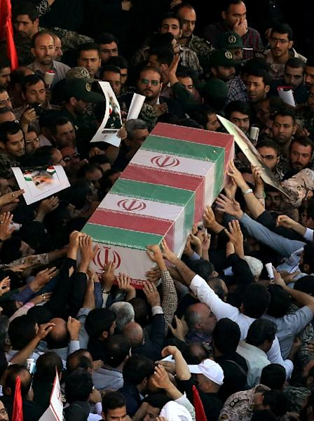 Iranian men carry the casket of Iran's Revolutionary Guards Brigadier General Hossein Hamedani during his funeral in Tehran on October 11, 2015 (AFP Photo/Atta Kenare)