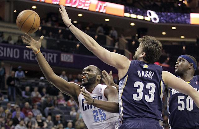 The Charlotte Bobcats' Al Jefferson (25) shoots between the Memphis Grizzlies' Marc Gasol (33) and Zach Randolph (50) during the first half of an NBA basketball game in Charlotte, N.C., Saturday, Feb. 22, 2014. (AP Photo/Bob Leverone)