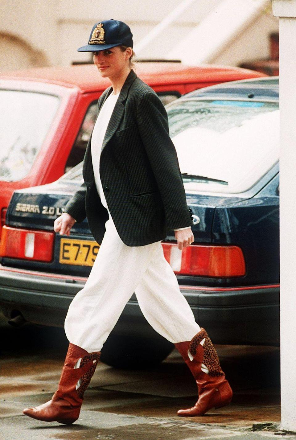 <p>Why yes, you <em>can</em> style sweatpants with a blazer! Diana wore this roomy black blazer with a baseball cap, cowboy boots, and relaxed white sweats for school drop-off in April 1989.<br></p>