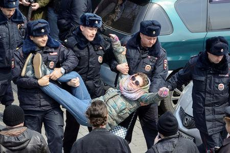 Police officers detain an opposition supporter during a rally in Vladivostok, Russia, March 26, 2017.  REUTERS/Yuri Maltsev