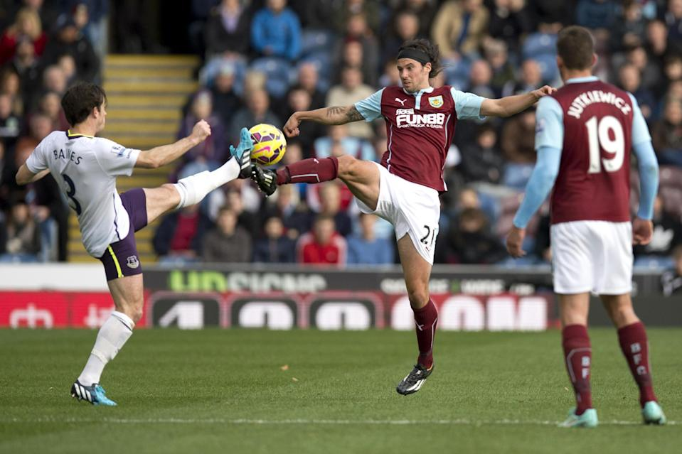Everton's Leighton Baines (L) fights for the ball with Burnley's George Boyd during their English Premier League match at Turf Moor in Burnley, north-west England, on October 26, 2014 (AFP Photo/Oli Scarff)