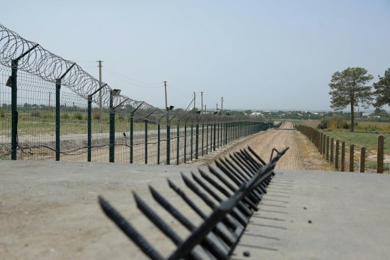 A barbed wire fence near a police checkpoint between Uzbekistan and Afghanistan (AFP/Temur ISMAILOV)