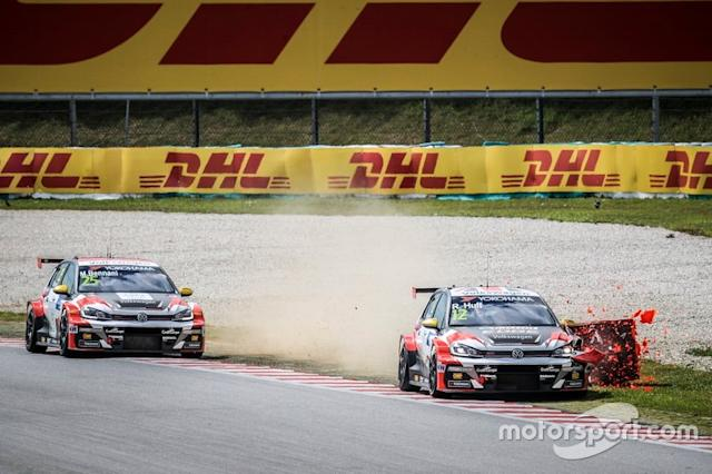 "Rob Huff, SLR VW Motorsport Volkswagen Golf GTI TCR touched the tire wall <span class=""copyright"">WTCR .</span>"