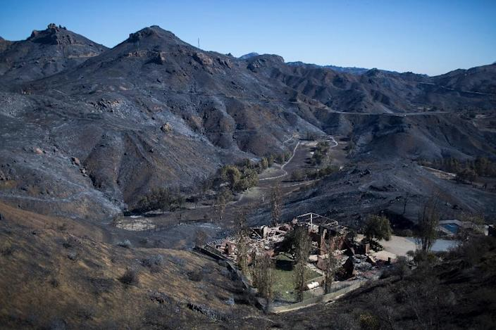 The Santa Monica Mountains are seen left blackened by the Woolsey Fire near Malibu, California (AFP Photo/DAVID MCNEW)