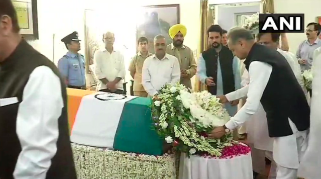 <p>Former Rajasthan chief minister Ashok Gehlot paying last respects to Vajpayee. </p>