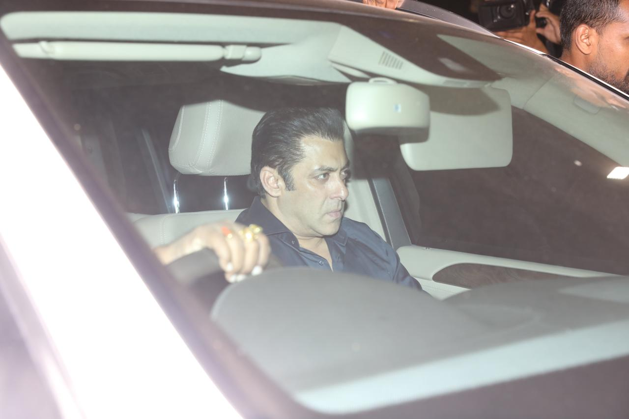 <p>Actors, filmmakers and other members of the Indian film industry are continuously visiting Anil Kapoor's residence to express solidarity with the grief-stricken Kapoor family, dealing with the sudden and shocking demise of Sridevi. </p>
