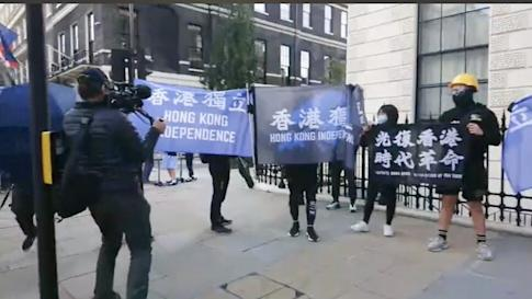 Protesters raise banners in support of Hong Kong ceding from China. Photo: Twitter