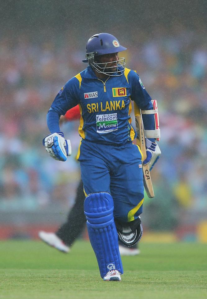 SYDNEY, AUSTRALIA - JANUARY 20:  Tillakaratne Dilshan of Sri Lanka runs from the field as rain falls during game four of the Commonwealth Bank one day international series between Australia and Sri Lanka at Sydney Cricket Ground on January 20, 2013 in Sydney, Australia.  (Photo by Brendon Thorne/Getty Images)