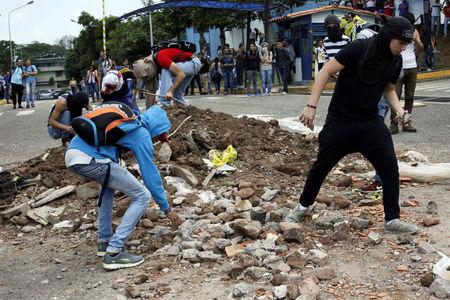 Demonstrators collect stones as they clash with riot police during a protest against Venezuelan President Nicolas Maduro's government in San Cristobal, Venezuela April 5, 2017. REUTERS/Carlos Eduardo Ramirez
