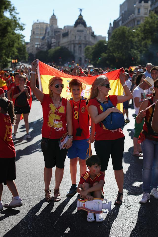 MADRID, SPAIN - JULY 02: Supporters of Spain's national football team prepare to congratulate their team's players as they return to Madrid following their victory in Euro 2012 football championships on July 2, 2012 in Madrid, Spain. Spain beat Italy 4-0 in the UEFA EURO 2012 final match in Kiev, Ukraine, on July 1, 2012. (Photo by Oli Scarff/Getty Images)