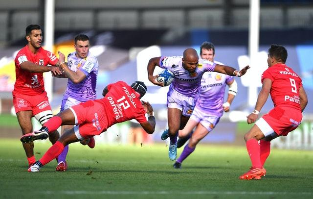 Tom O'Flaherty fends of Toulouse's Antoine Dupont