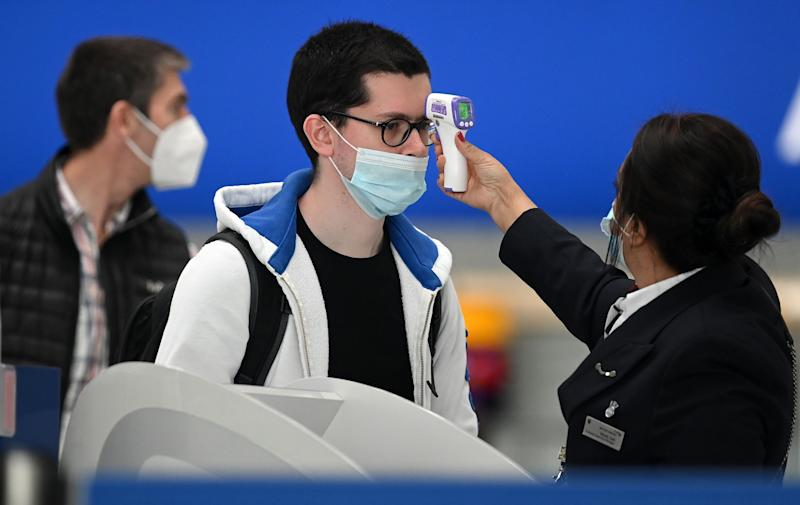 Toma de temperatura en el aeropuerto de Heathrow, Londres (Reino Unido). (Photo: DANIEL LEAL-OLIVAS/AFP via Getty Images)