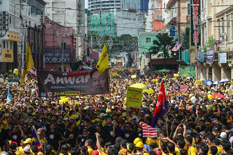 Anti-corruption protesters in Malaysia demanded Prime Minister Najib Razak's resignation and electoral reforms in Kuala Lumpur on August 29, 2015 (AFP Photo/Mohd Rasfan)