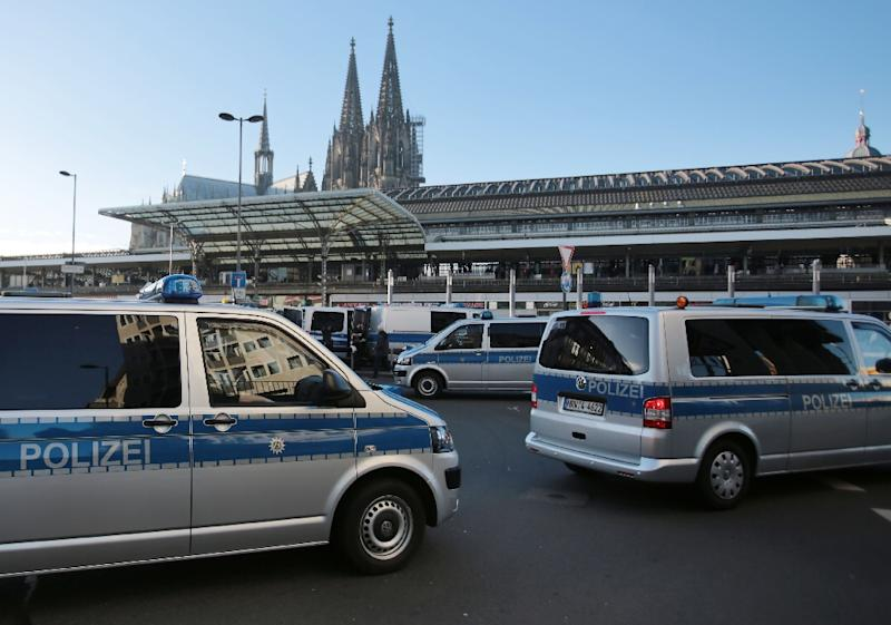 Police wait outside Cologne train station in western Germany, on January 9, 2016 (AFP Photo/Oliver Berg)