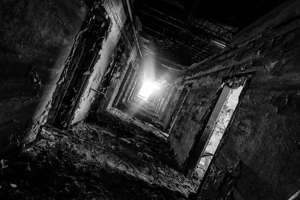<p>This dark, decaying hallway leads to nowhere.</p>