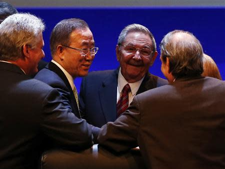 U.N. Secretary General Ban Ki-moon (2nd L) and Cuba's President Raul Castro (3rd L) share a moment with attendees of the Community of Latin American and Caribbean States (CELAC) summit in Havana January 28, 2014. REUTERS/Enrique De La Osa