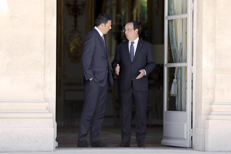 French president Francois Hollande (R) welcomes Italian Prime Minister Matteo Renzi prior to an informal European meeting at the Elysee palace, on June 21, 2014 in Paris (AFP Photo/Etienne Laurent)