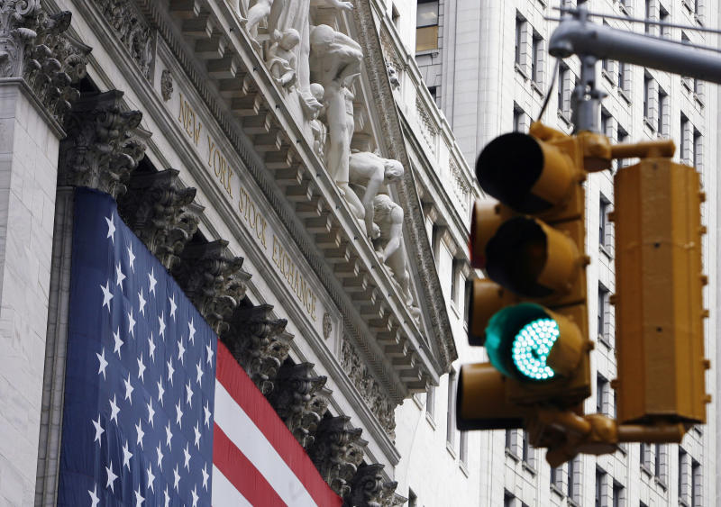 A traffic signal flashes green outside the New York Stock Exchange in New York, September 30, 2008. REUTERS/Lucas Jackson (UNITED STATES)