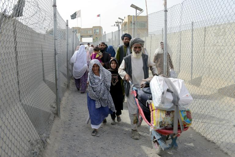 People return to Afghanistan through the Chaman-Spin Boldak border crossing in August 2016