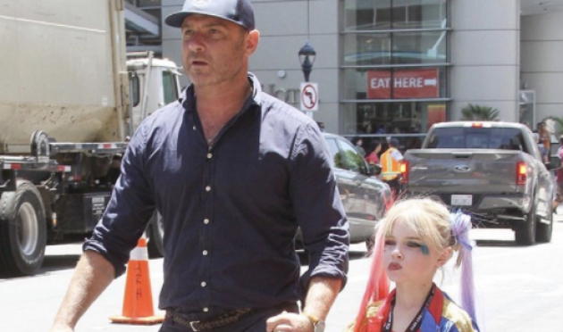 Liev Schreiber took his son to Comic-Con dressed as Harley Quinn [Photo: Twitter/@CBGposts]