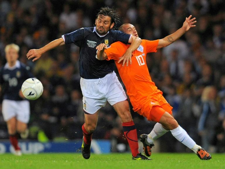 Scotlands's Paul Hartley (L) vies with Wesley Sneijder of The Netherlands during the FIFA 2010 World Cup qualifier at Hampden Park in Glasgow, Scotland, on September 9, 2009