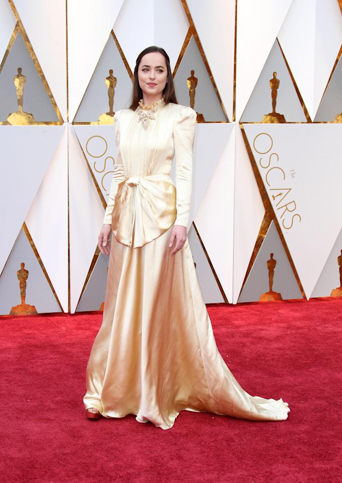 <p>E che dire dell'accollatissimo abito in seta color panna indossato da Dakota Johnson agli Oscar… </p>