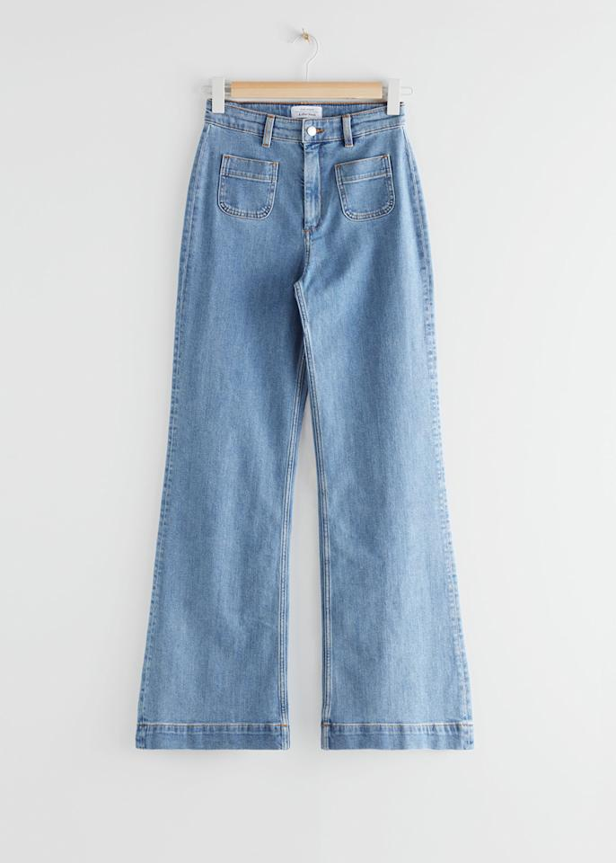 "<p>Prix : 69 euros</p><br/><a target=""_blank"" href=""https://www.stories.com/en_eur/clothing/jeans/flared-(do-not-use)/product.flared-high-rise-jeans-blue.0664492006.html"">Acheter</a>"