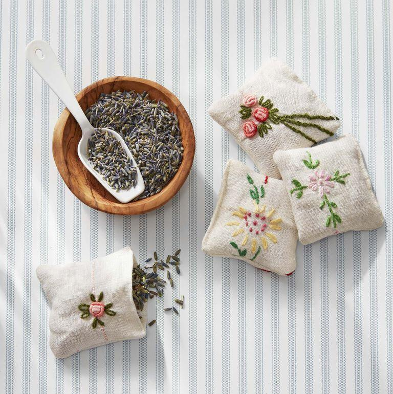 <p>You're guests will appreciate the effort you put in to creating these sentimental and sweet-smelling pouches. Use vintage handkerchiefs or any fabric that suits you. </p>
