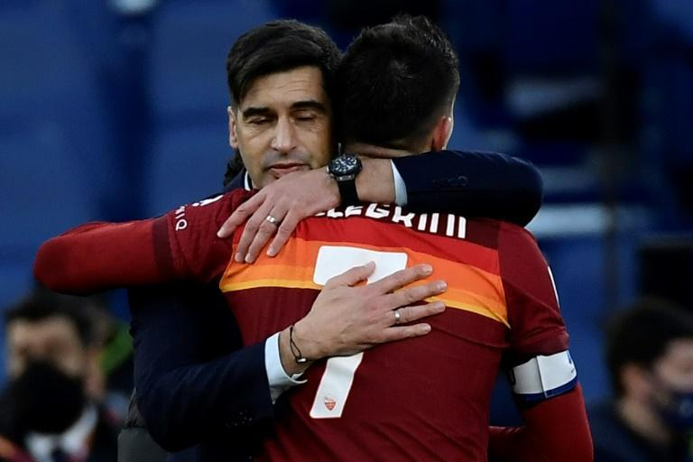 Under-pressure Roma coach Fonseca (L) congratulates Pellegrini after his last-gasp winner against Spezia