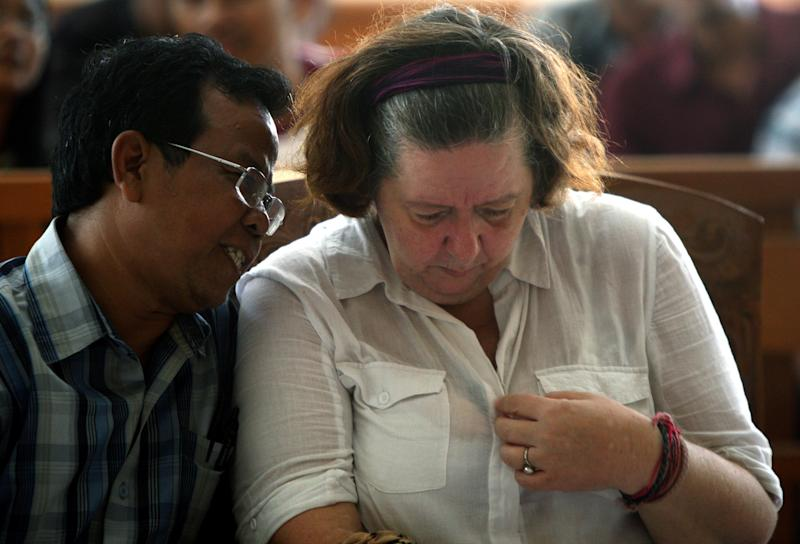 Lindsay June Sandiford of Britain, right, listens to her interpreter during her sentencing at a courthouse, in Denpasar, Bali island, Indonesia, Tuesday, Jan. 22, 2013. The Indonesian court sentenced Sandiford to death on Tuesday for smuggling cocaine worth $2.5 million into the resort island of Bali — even though prosecutors had sought only a 15-year sentence.  (AP Photo/Firdia Lisnawati)