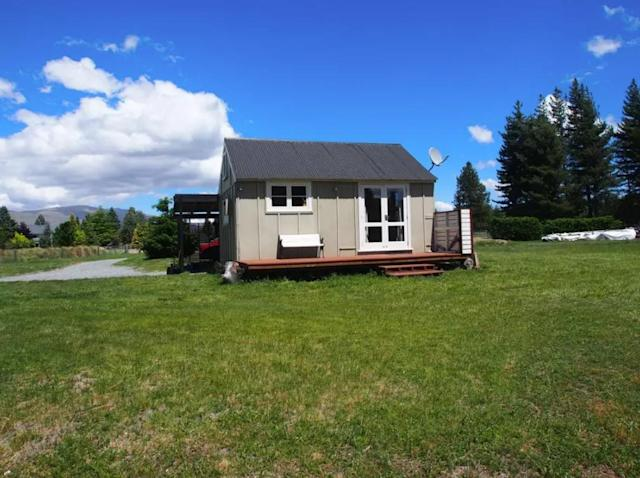 <p>The cottage is small, but you'll likely be outside most of the time anyway.<br>(Airbnb) </p>