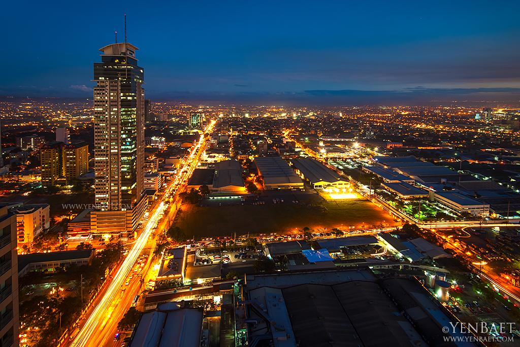 With a population density of around 19,137 per square kilometer, Manila bustles even at night. (Yen Baet)