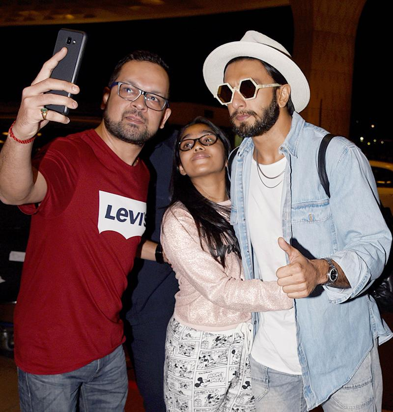 Ranveer Singh poses for a selfie with his fans at Mumbai airport while leaving for Sri Lanka. (Image: Yogen Shah)