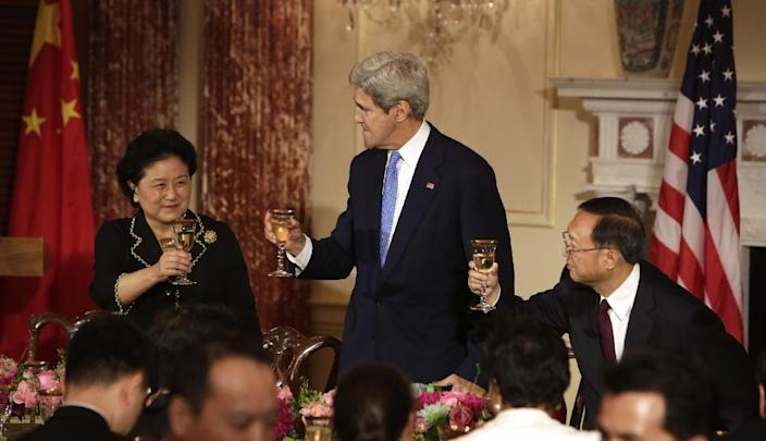 US Secretary of State John Kerry (C) makes a toast with Liu Yandong (L), Chinese Vice Premier, and Chinese State Counselor Yang Jiechi, at the US State Department in Washington, DC, on June 23, 2015 (AFP Photo/Chris Kleponis)